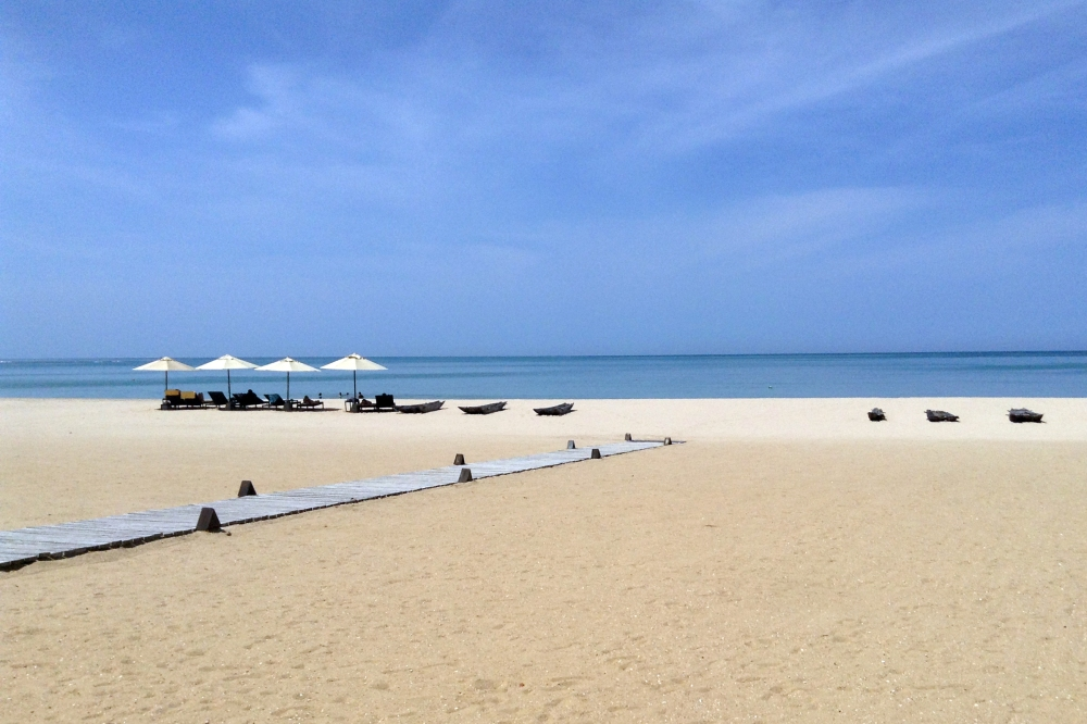Gorgeous white sand beach and calm ocean in Passikuda on the east coast of Sri Lanka.